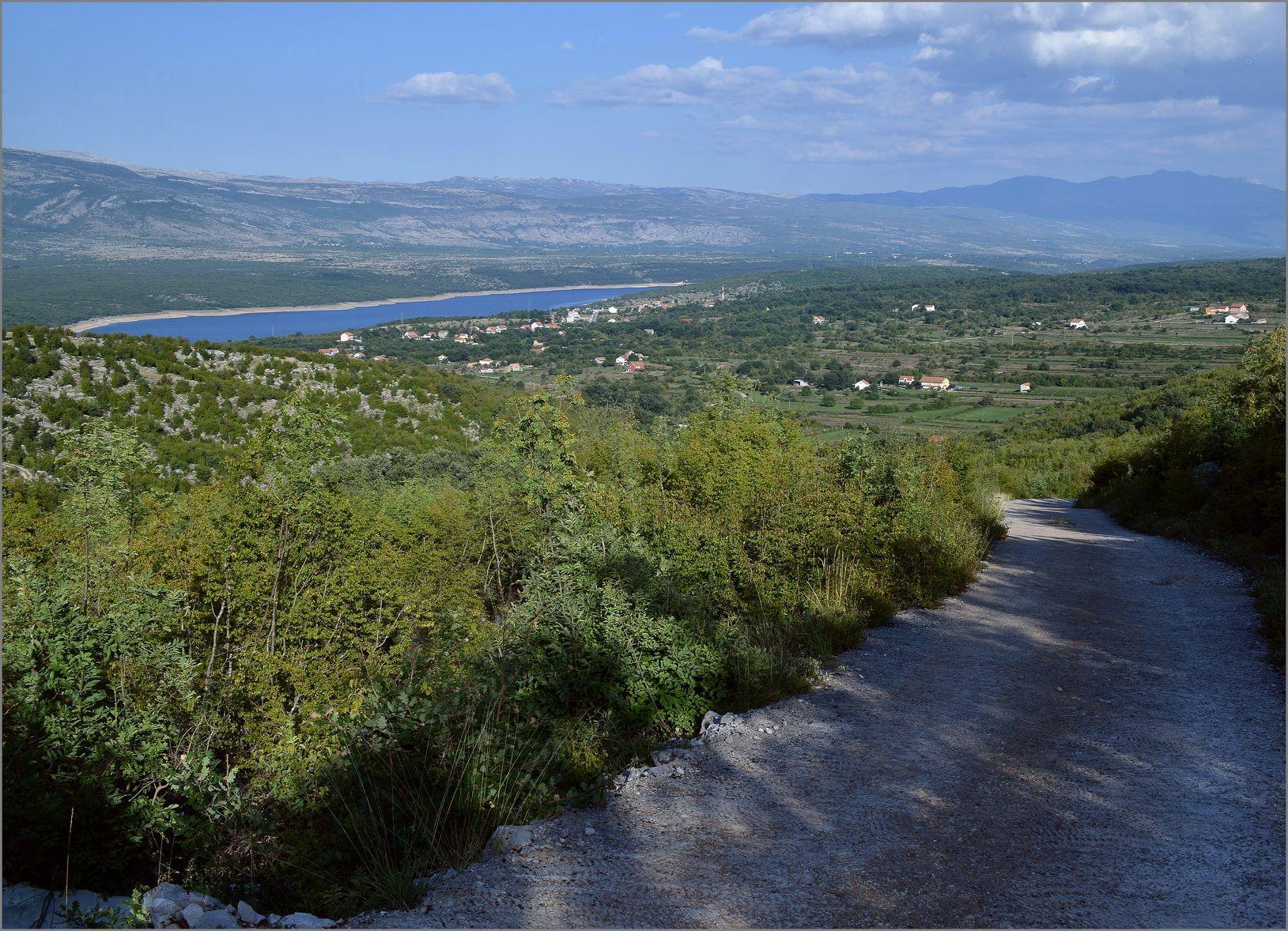 46. Na povratku iz Kunaca (ispod planine Svilaje) pogled na Perućko jezero, priko središta Potravlja.