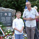 Moderator programa Ante Nadomir Tadić Šuta kojemu se u molitvi pridružio Roko Šandrić unuk pokojnog Luke Ercega