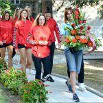 U jutarnjim satima prije početka turnira divojke iz ŽRK Sinj položile su cvijeće na spomen palim braniteljima u parku ispred gradske uprave