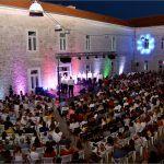 U okviru manifestacije Dani Alke i Velike Gospe u prepunim Alkarskim dvorima održan tradicionalan ljetni koncert Klape Sinj i gostiju