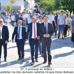 U procesiji su veđeni i političari na čelu domaćin načelnik Hrvaca Dinko Bošnjak x