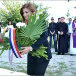 Gradonačelnica Sinja Kristina Križanac polaže vijenac na spomen obilježje