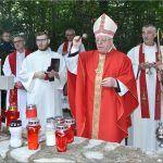 Komemoracija je završena molitvom polaganjem vijenaca i paljenjem svijeća nad Husinom jamom