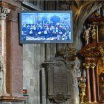 Katedrala je fantastično ozvučena sa puno velikih monitora videa
