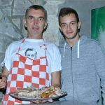Prasetine je bilo na stolu u izobilju Ante Kotromanović je o tome pove računa a mlađi kadar Antonio Šabić mu da malo ruke