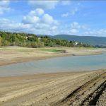 Perućko jezero se dosta povuklo u korito rijeke Cetine