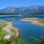 Jezero Peruća nije jako poznato pa ne dolaze turisti ali zahvaljujući tome je sačuvalo ljepotu prirode i čistoću