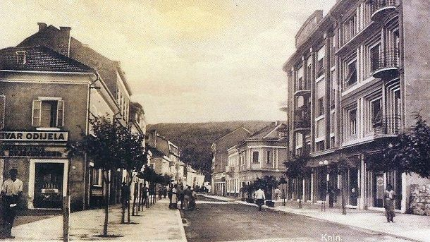 Slika Knin s desne strane hotel Grand a s lijeve šivar odijela